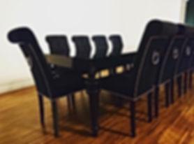 krzesła Classic i stół na toczonych