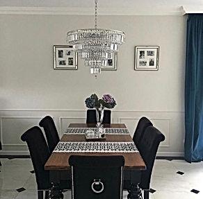krzesła Classic i stół z toczonymi nogami