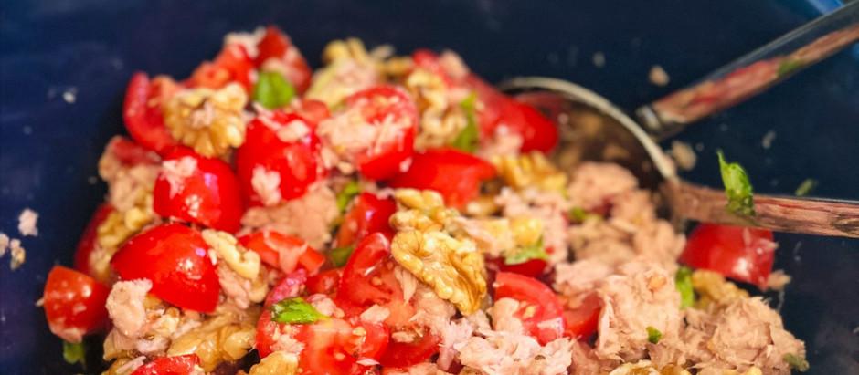 Erfrischender Salat aus Tomaten, Thunfisch und Walnüssen (Low Carb & Keto-freundlich)