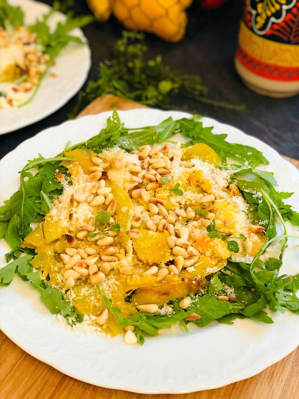 Butternut-Pasta mit Parmesan und gerösteten Pinienkernen auf Rucolabett (Low Carb & Keto-freundlich)