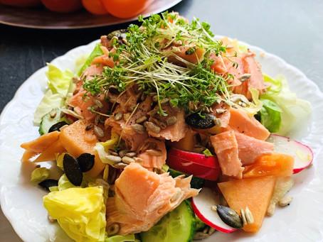 Sommersalat mit Lachs und Cantaloupe Melone