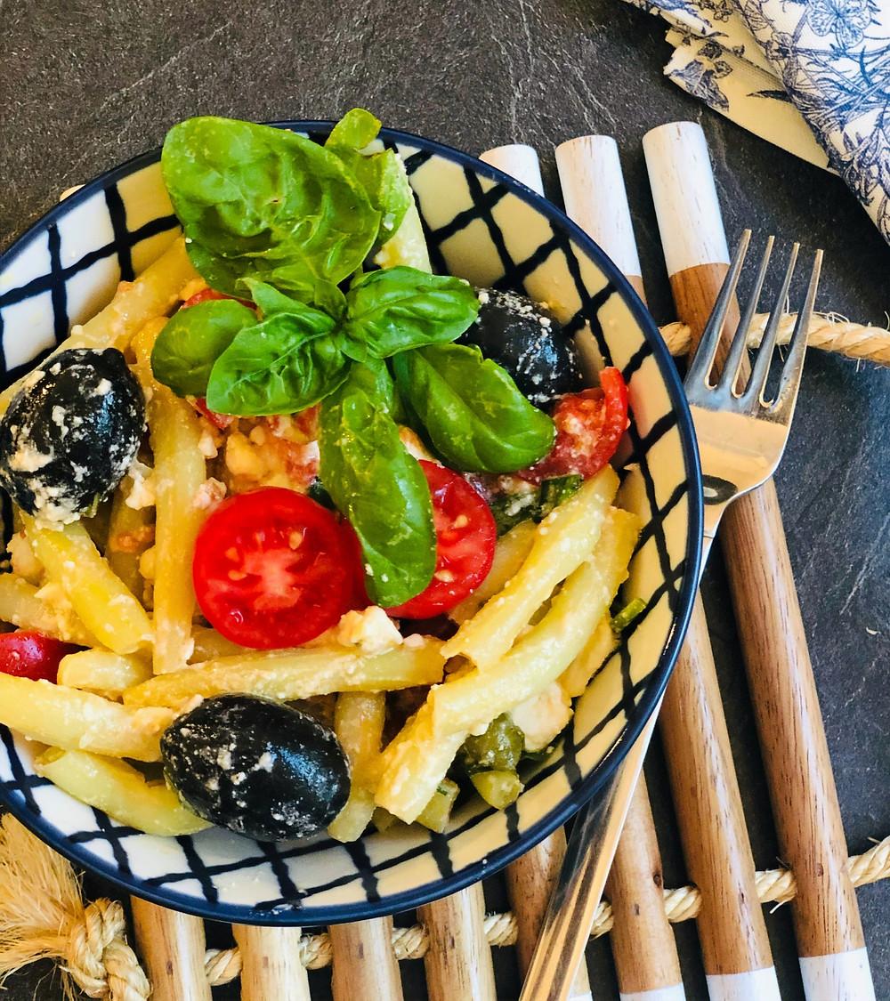 Salat aus Buschbohnen mit Cherry Tomaten, Feta, Oliven und frischem Basilikum