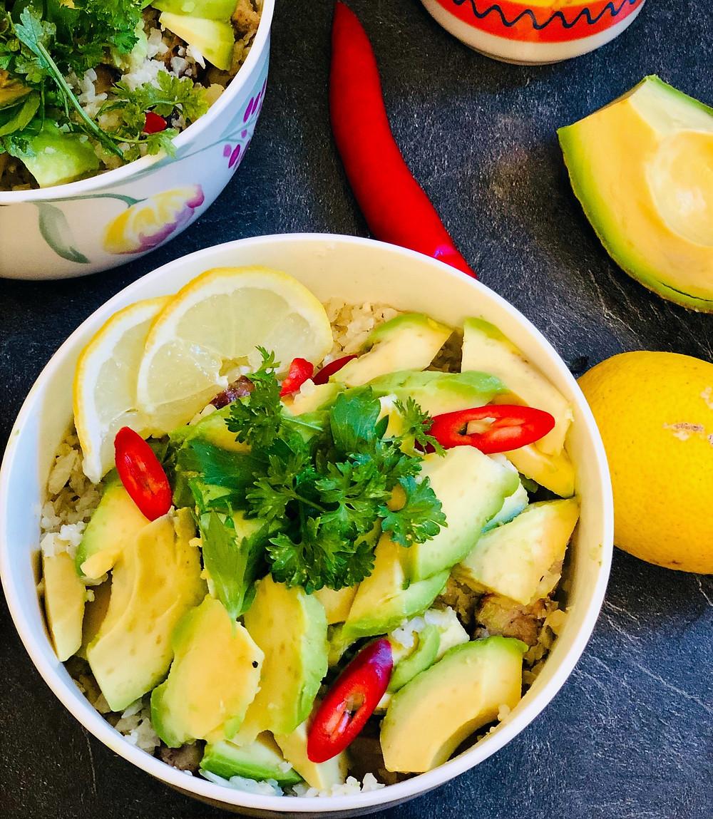Burrito-Bowl mit gegrilltem Schweinenackensteak und Avocado (Low Carb & Keto-freundlich)