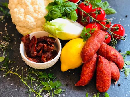 Bunter mediterraner Blumenkohlsalat mit getrockneten Tomaten, Oliven und der würzigen Chorizo