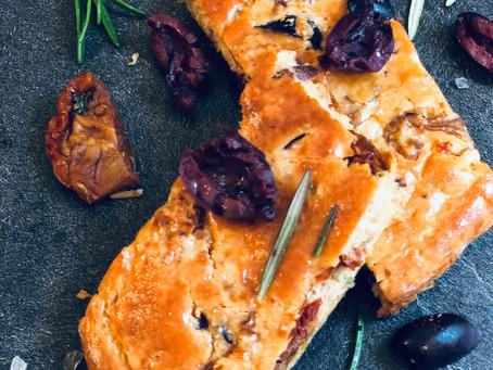 Mediterraner Low Carb Blechtoast mit getrockneten Tomaten, Kalamata Oliven und frischem Rosmarin