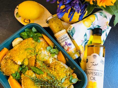 In Zitrusfrüchten marinierte Hähnchenschenkel mit Bärlauchbutter-Kartoffeln und Sommergemüse