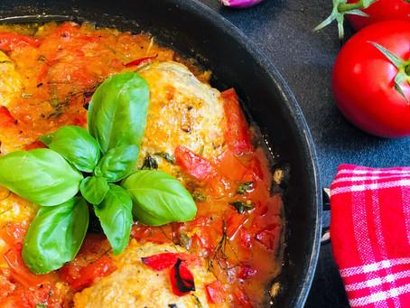 Zarte Hackbällchen in der würzigen Tomatensauce aus dem Ofen