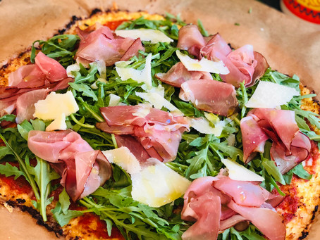 Low Carb Pizza mit Parmaschinken, Rucola und Parmesan