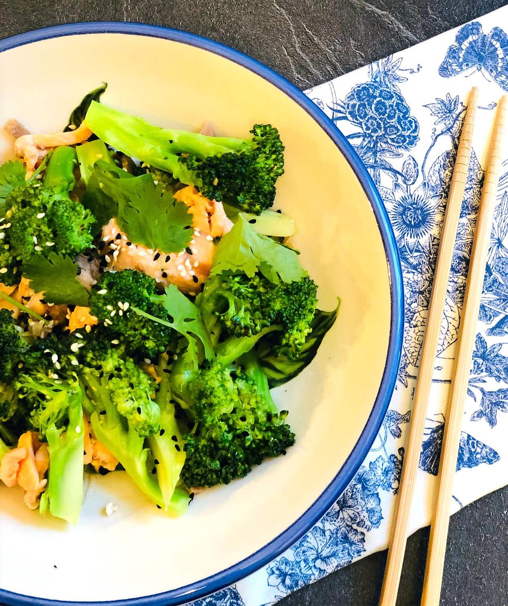 Brokkoli-Lachs-Pfanne mit Koriander und Sesam (Low Carb & Keto-freundlich)