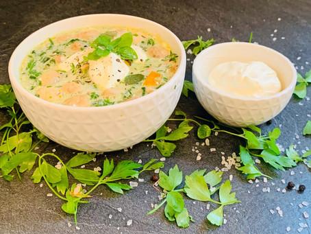 Leckerer und schnell zubereiteter Eintopf aus Meeresfrüchten, Champignons und Spinat