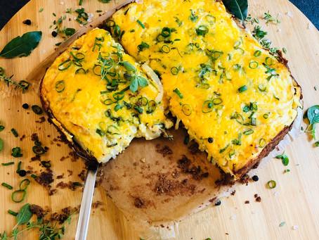 Herzhafter vegetarischer Low Carb Zwiebelkuchen mit würzigem Cheddar und süßen Zwiebeln
