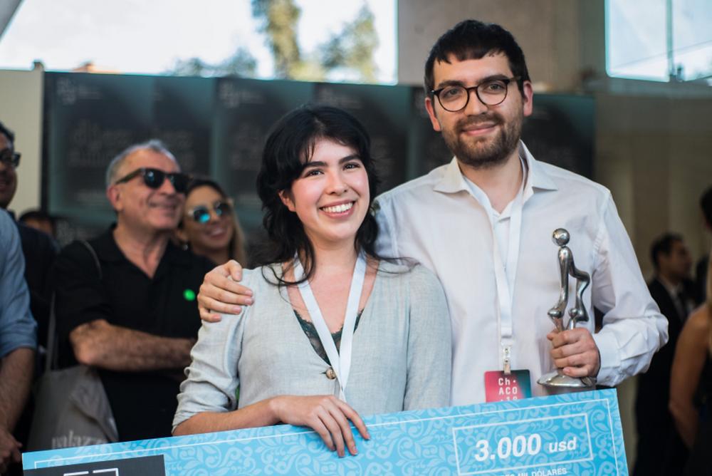 El dúo de artistas ASMA, conformado por la artista mexicana Hanya Beliá y el artista ecuatoriano Matías Armendaris, ganadores del Premio Ca.Sa 2018, en el marco de feria Ch.ACO