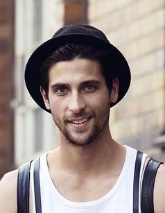 Homem novo com chapéu negro