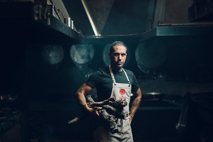 El Paeller, Rafa retrato leña brazo.jpg