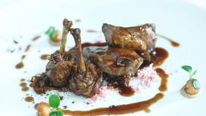 Pichón en dos cocciones con tierra de cancha, cebolla caramelizada y salsa de regaliz, una receta de