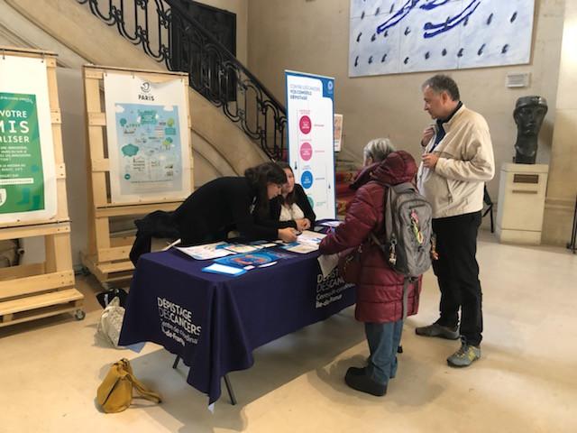 A l'occasion de la campagne Mars bleu et du Salon de la Généalogie, un stand d'informations sur les dépistages des cancers a été mis en place dans le Hall de la Mairie. Ce stand tenu par le CRCDC IDF et la CPAM de Paris proposait une remise de tests aux personnes éligibles