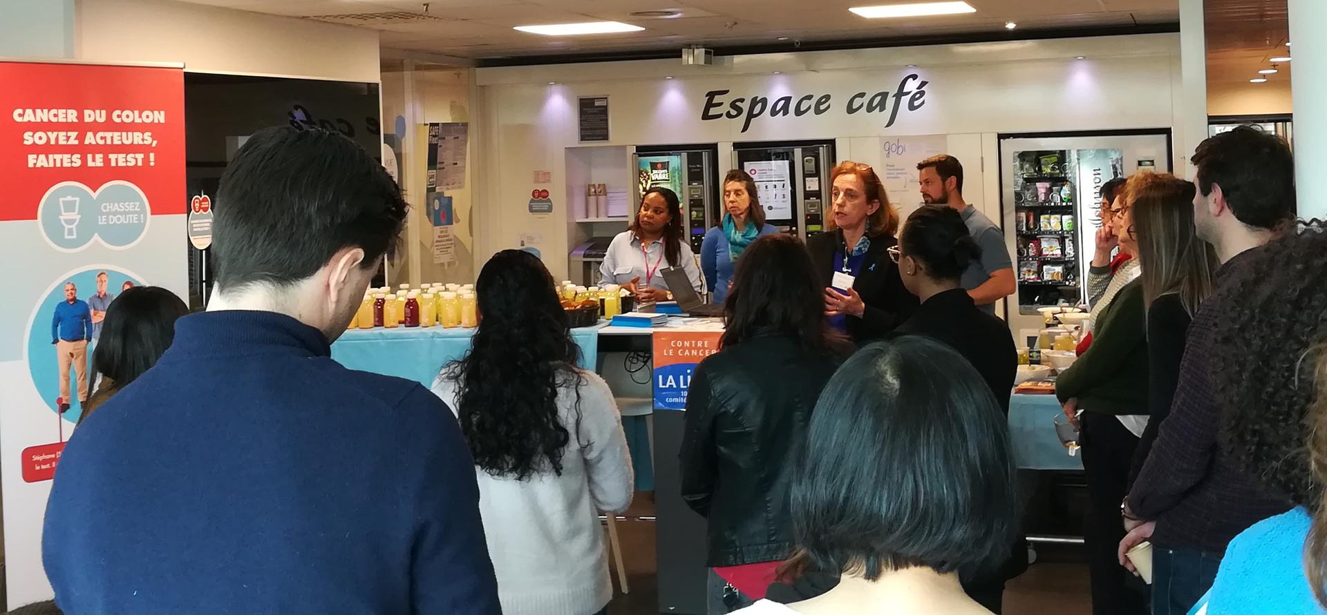 Intervention au sein de l'entreprise Johnson & Johnson à Issy les Moulineaux à l'occasion d'un petit déjeuner santé sur le thème du cancer colorectal pendant Mars Bleu
