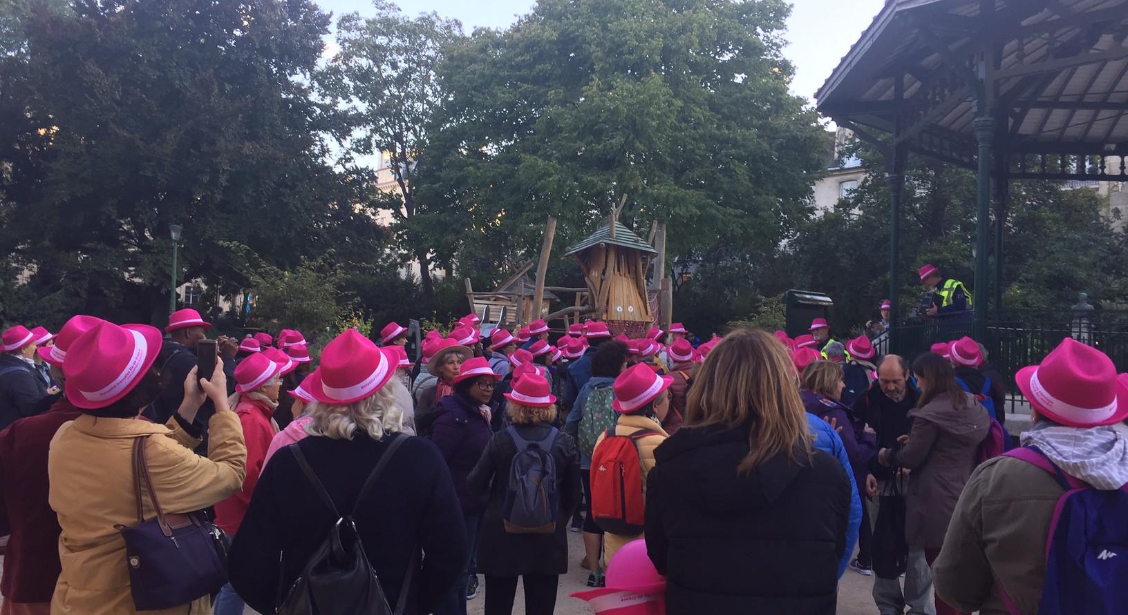 Comme chaque année, un village d'informations sur le dépistage du cancer du sein a eu lieu sur la Place de la République. A l'issue de la journée, une marche rose est organisée par le Comité de randonnée de Paris. Cette randonnée permet de sensibiliser les passants au dépistage, d'échanger avec les participants de la marche et découvrir différents quartiers de Paris