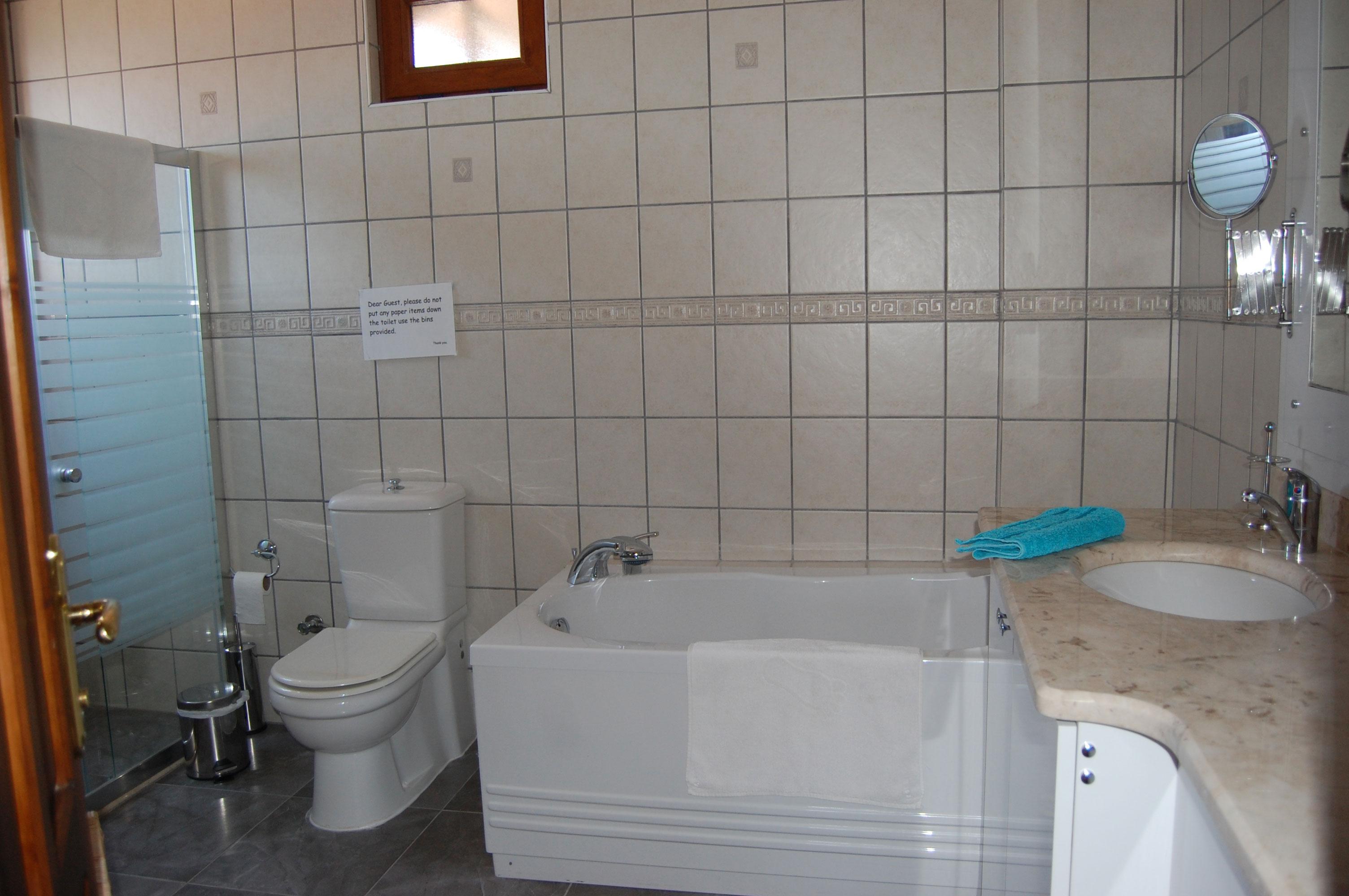 Family suite bathroom & jacuzzi bath