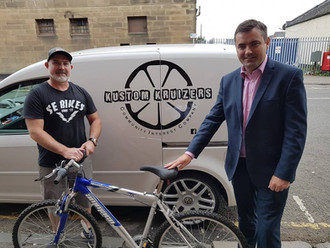 Gavin Newlands MP donates old bike to local cycling group