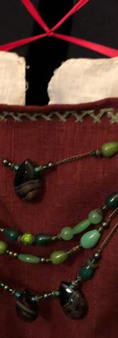 Tablier rouge à bordures vertes (détail)