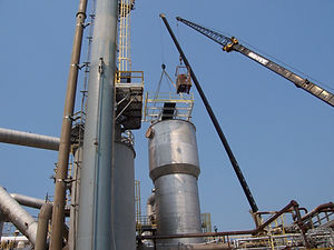 hoisting tank plat and workers.jpg
