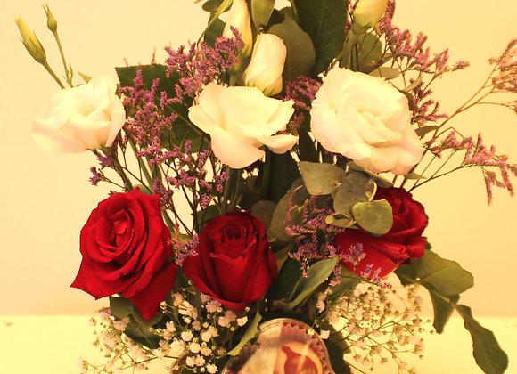 זר פרחים חיים שזור ארוז עם 4 פרליני שוקולד