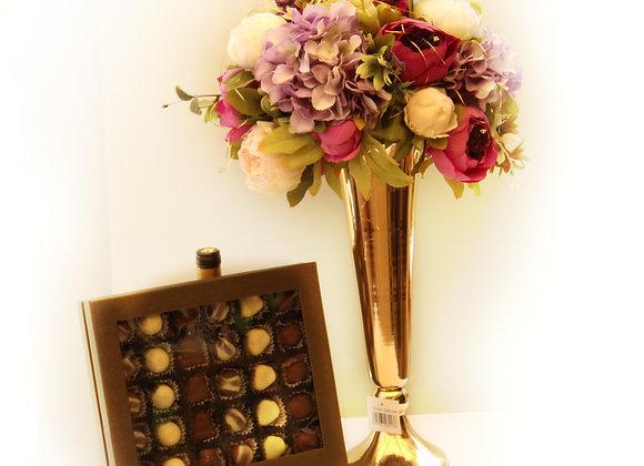 אגרטל מוזהב עם סידור פרחים