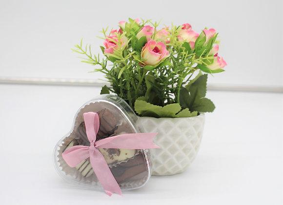 עציץ ורדים קטן ופרלינים במארז בצורת לב