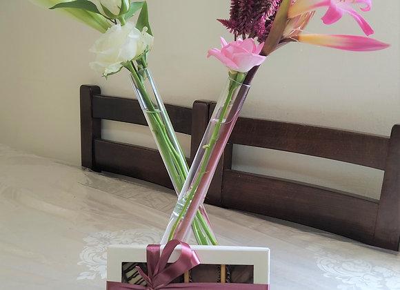 פרחים באגרטל מבחנה (3) ארוז עם 12 פרליני שוקולד