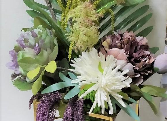 שזירת פרחים ייחודית בכלי מוזהב