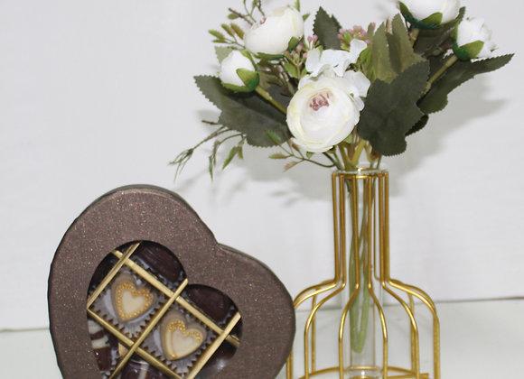 אגרטל משולב מתכת וזכוכית עם 10 פרליני שוקולד