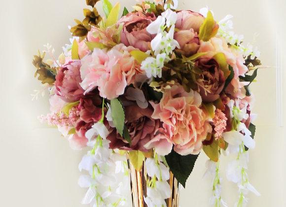 אגרטל מוזהב עם פרחים בגווני ורוד
