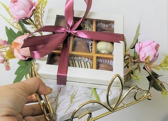 מחזיק מפיונים מוזהב עם פרליני שוקולד ופרחים