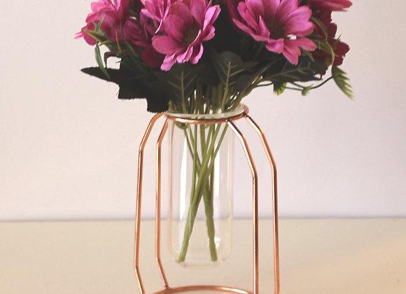 פרחים באגרטל זהב וזכוכית