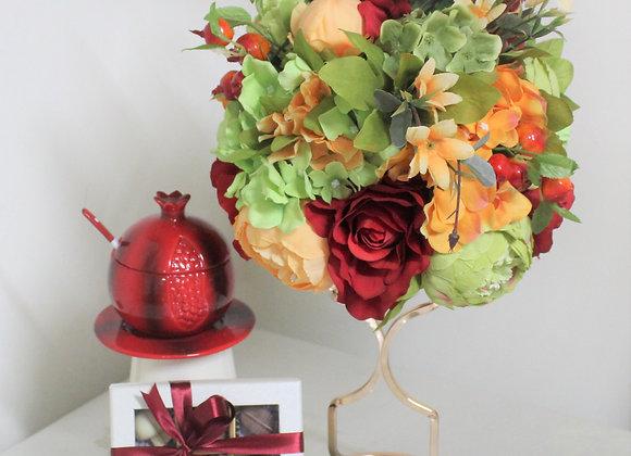 שזירת פרחים כלי לדבש בצורת רימון ושוקולד