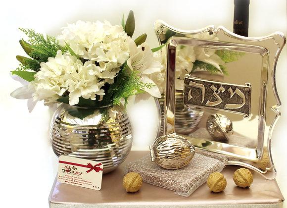 מגש למצה, פרחים לשולחן ומפצח אגוזים
