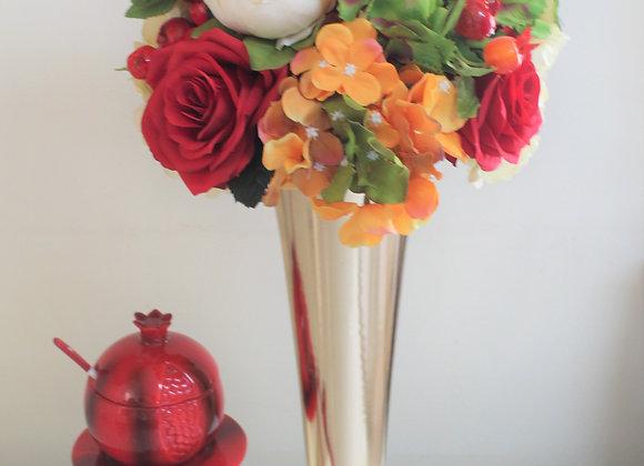 אגרטל מוזהב סידור פרחים שוקולד וכלי לדבש