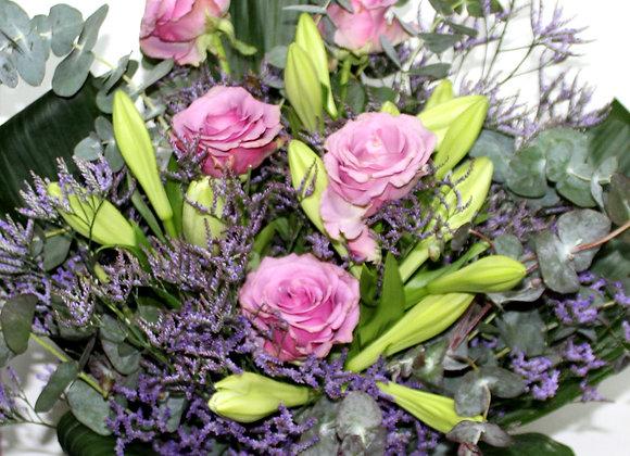 זר פרחים יפיפה ומלא צבע בשילוב 9 פרלינים