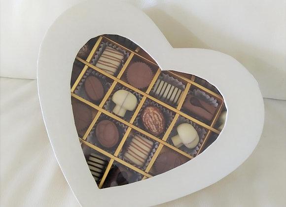 פרליני שוקולד חלביים ומשובחים במארז בצורת לב