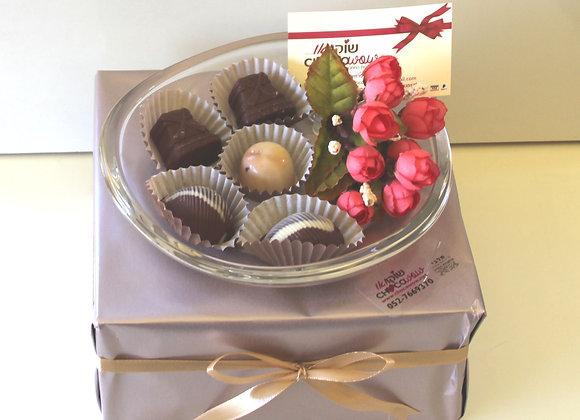 כלי קריסטל ושוקולדים