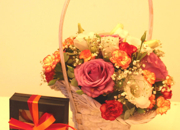 שזירת פרחים מדהימה בסלסלה בשילוב4 שוקולדים