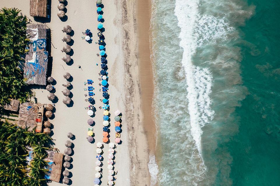 Зонтики на пляже Тихого океана