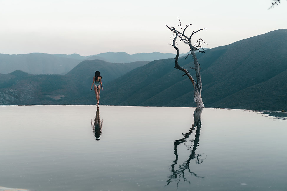Девушка и одинокое сухое дерево Hierve El Agua