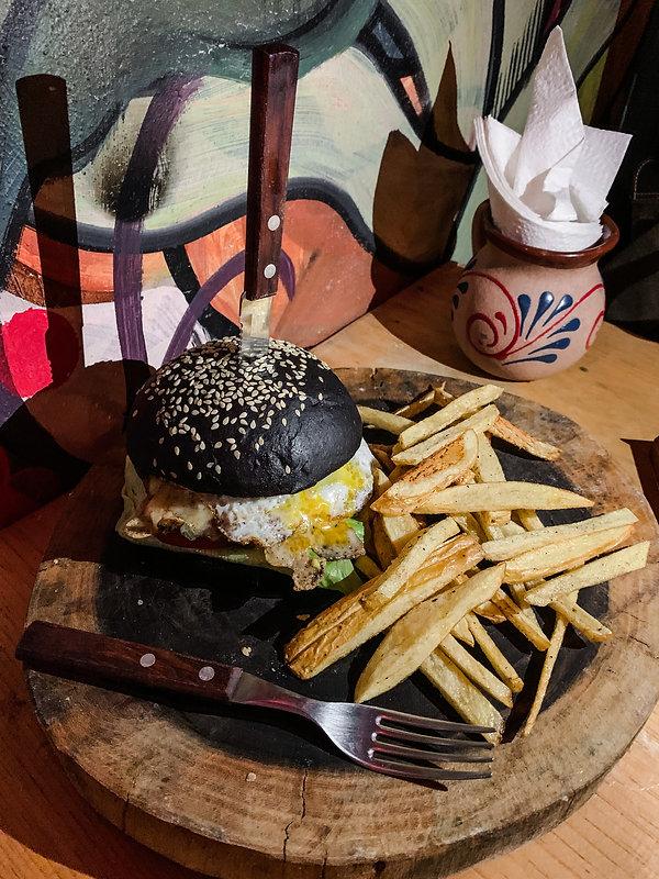 Черный бургер с картошкой