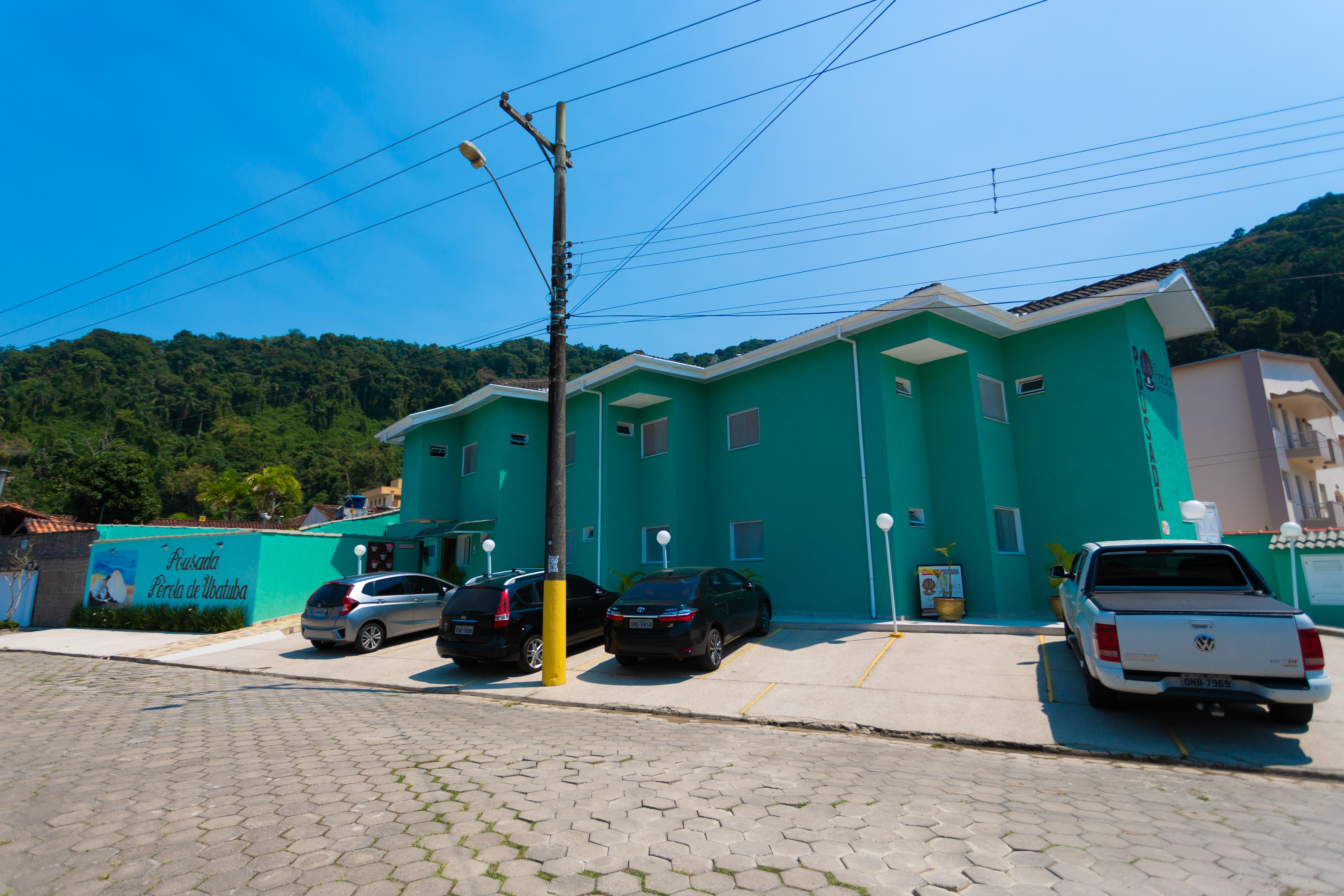 Nossa fachada e estacionamento.