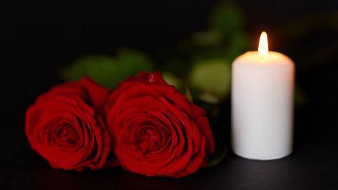 rote-rosen-und-eine-brennende-Kerze,1572