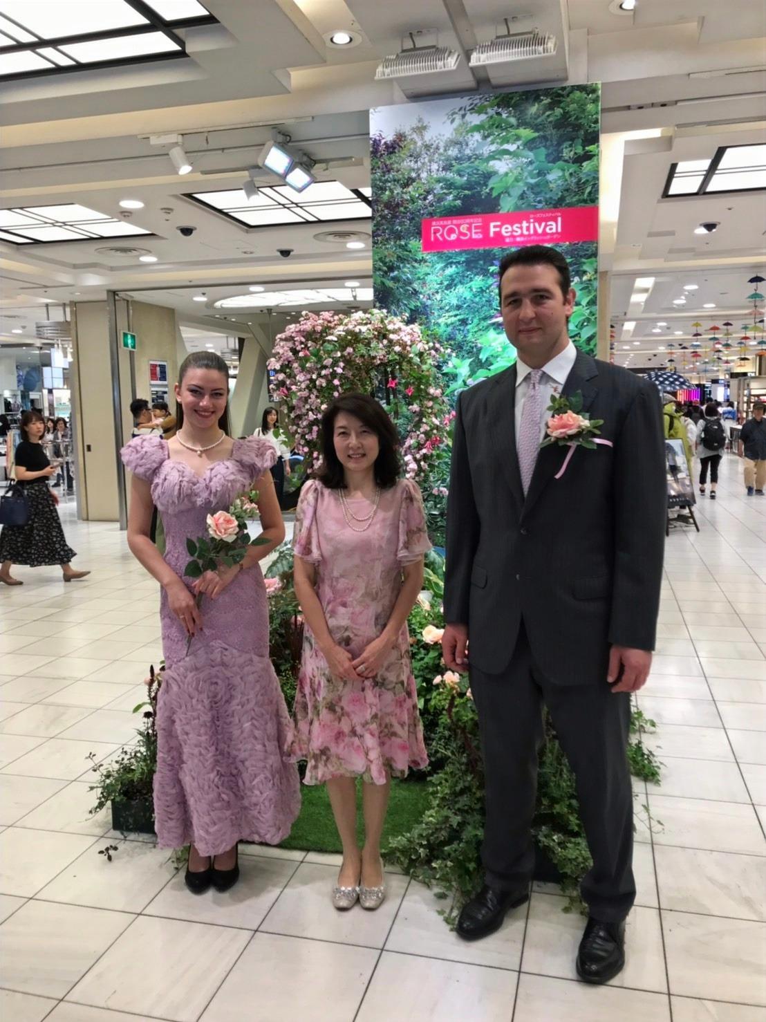 バラの女王絵画展 バラの女王と琴欧州とともに 横浜高島屋にて