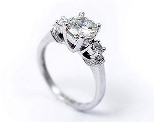 Nowy pierścionek z brylantem powyżej 1 c