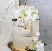 Hochzeitstörtchen in Gold und Weiß
